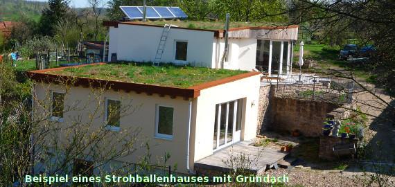 Beispiel eines Strohballenhauses mit Gründach